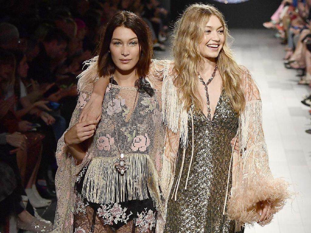 Kompak dan Memukau, 12 Aksi Gigi dan Bella Hadid di New York Fashion Week