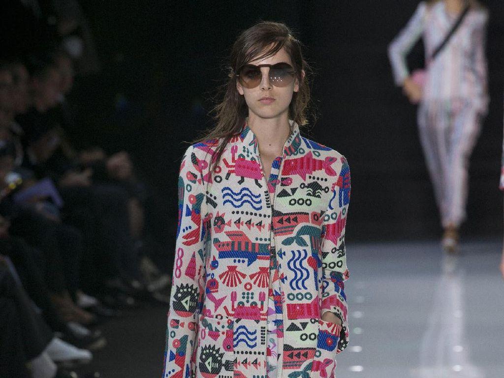 Foto: Bye Milan! Intip Koleksi Perdana Armani di London Fashion Week