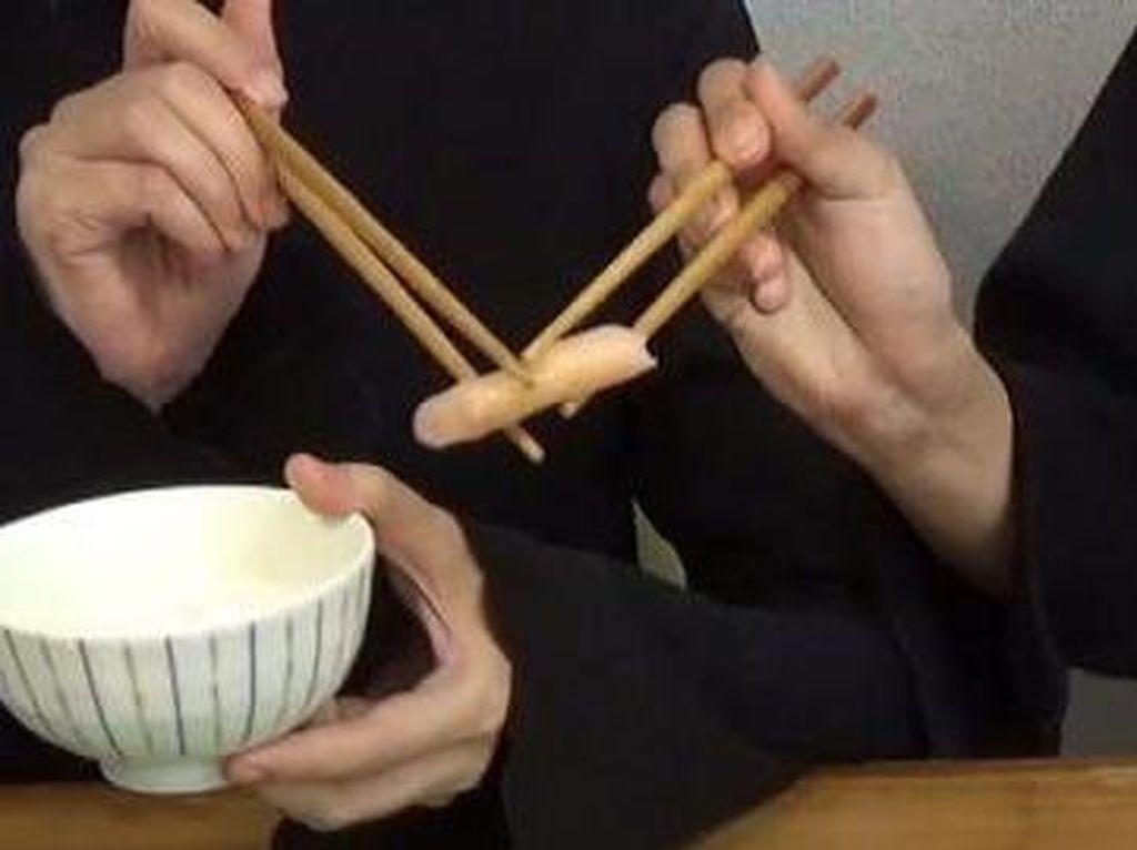 Saat Bersantap di Resto Jepang, 10 Hal Ini Terlarang Dilakukan dengan Sumpit (2)