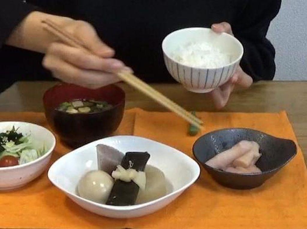 Saat Bersantap di Resto Jepang, 10 Hal Ini Terlarang Dilakukan dengan Sumpit (1)