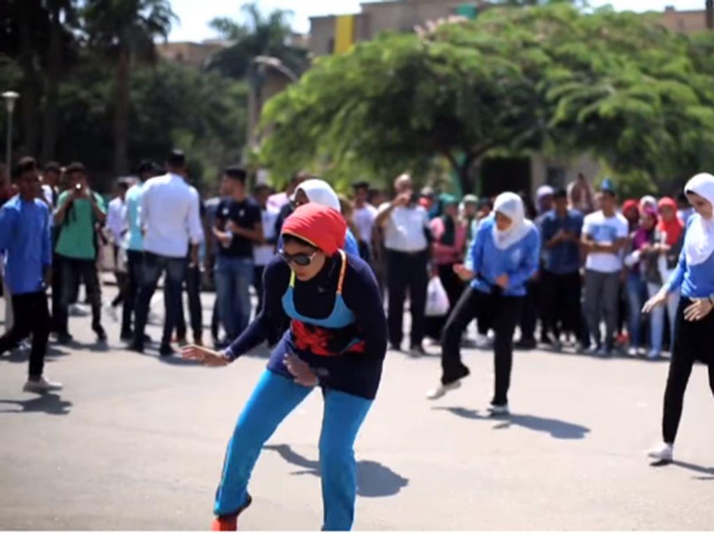 Mahasiswi Berhijab Mesir Jadi Viral karena Menari Zumba di Tengah Jalan