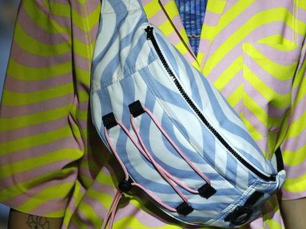 10 Tas dari London Fashion Week, Tas Pinggang Zaman Lagi Loh!