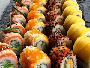 Oishii! Siang Ini Enaknya Makan Sushi Roll yang Gurih Pedas dan Mengenyangkan Ini