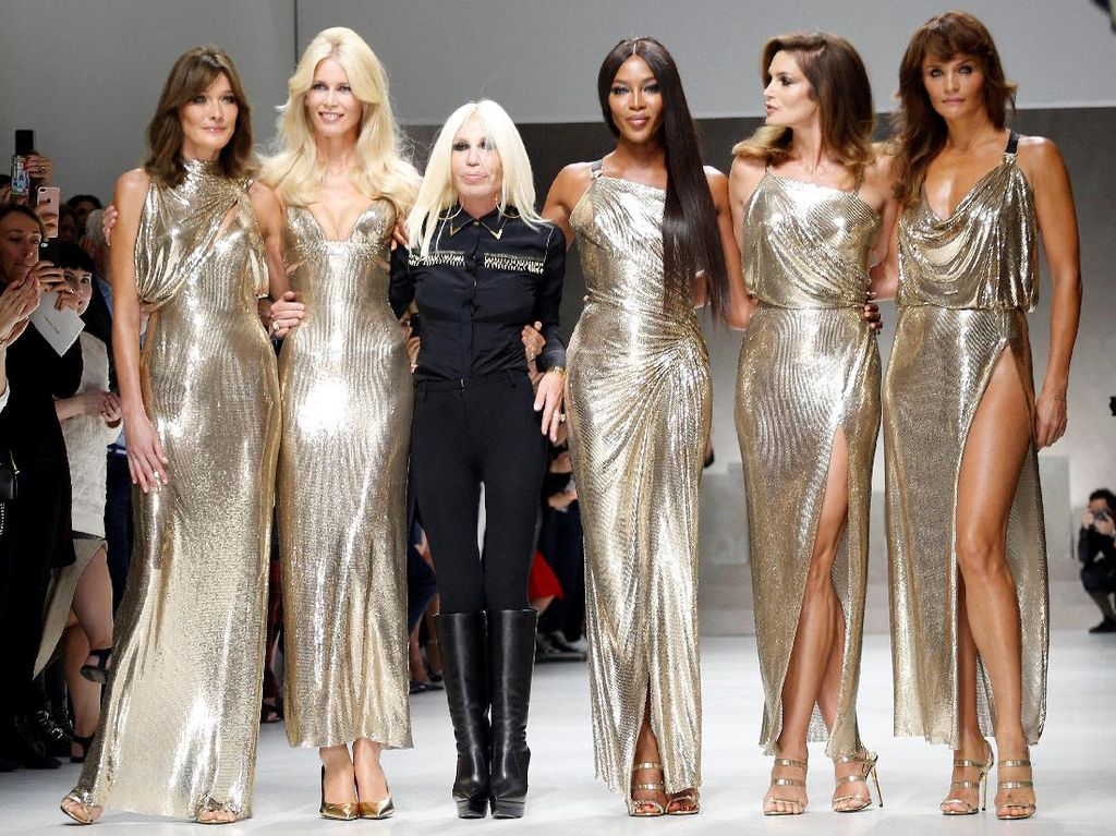 Masih Seksi! 5 Supermodel Legendaris Tampil Sepanggung di Show Versace