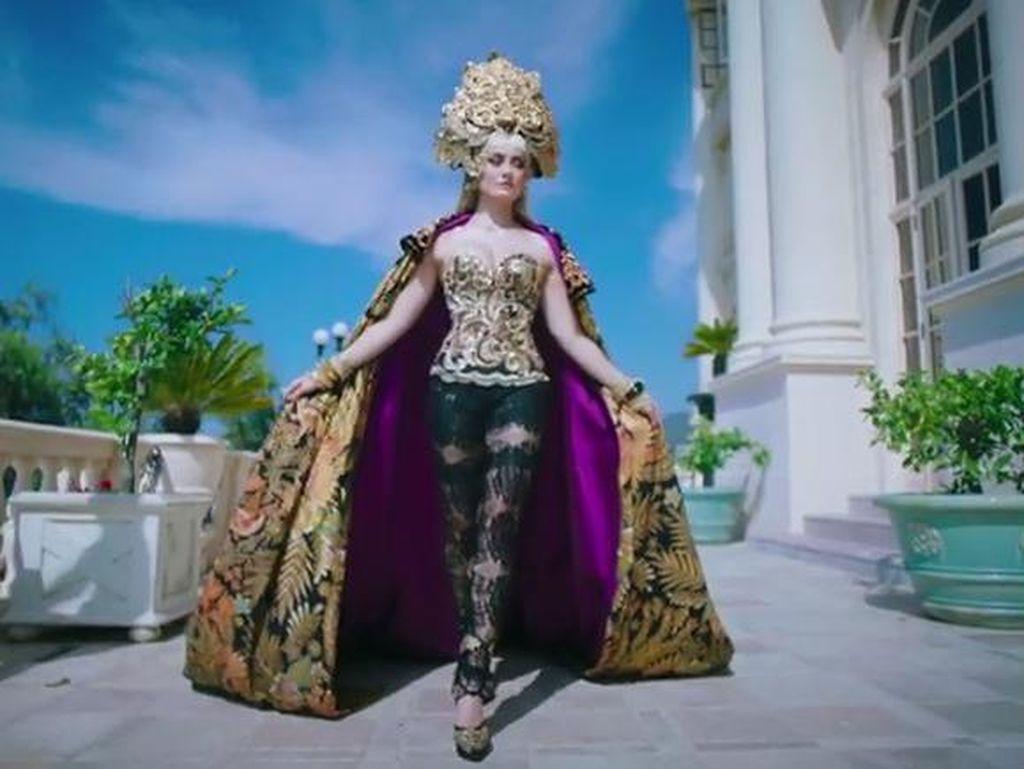Foto: Penampilan Seksi Agnez MO Pakai Batik dan Kebaya di Video Klip Terbaru