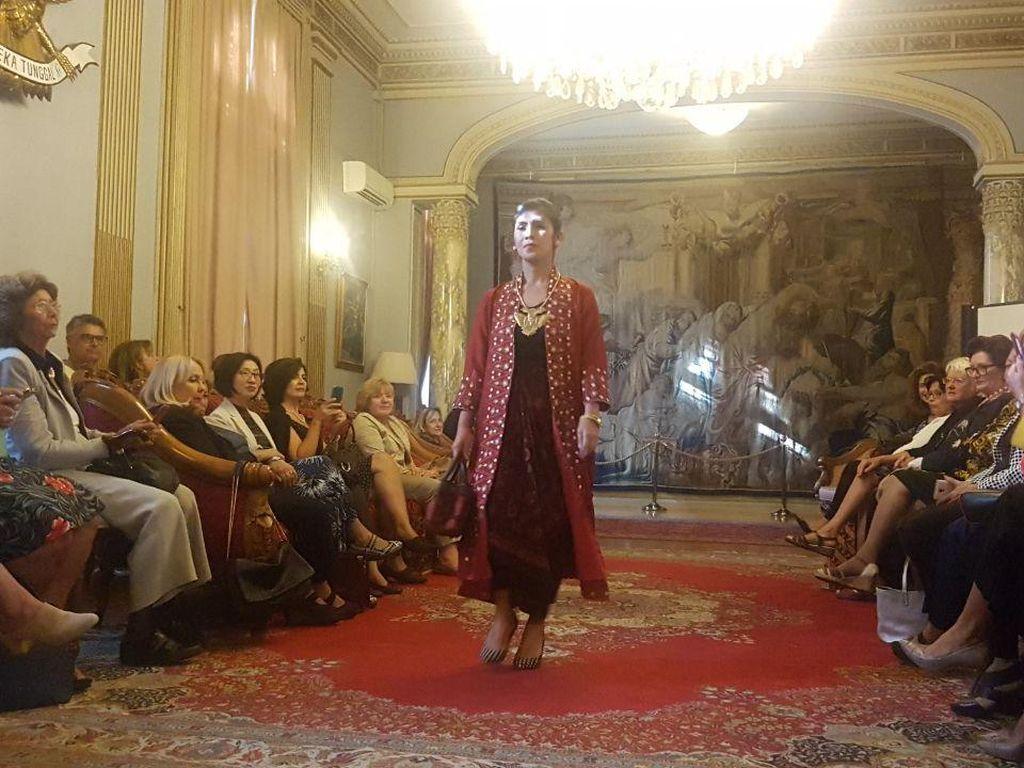 Bangga! Keunikan Batik Indonesia Memesona Warga Italia di Roma