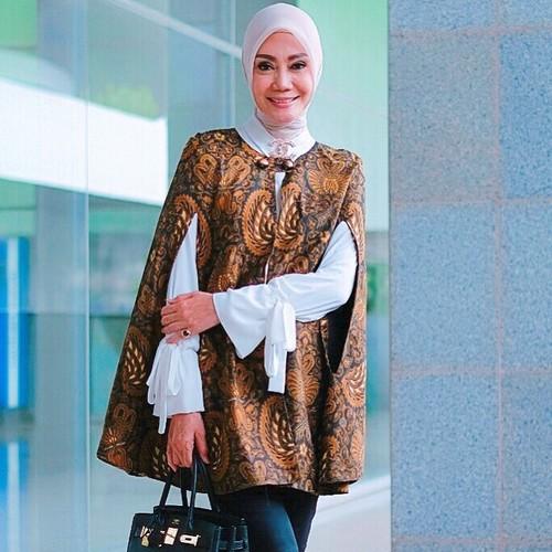 Kemeja Batik Lasem: Foto: Inspirasi Tampil Pakai Batik Dan Hijab Untuk Ke Kantor